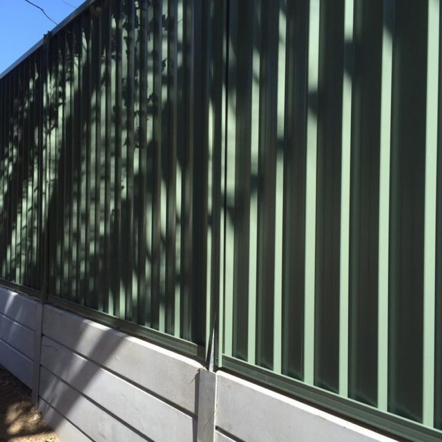 concrete-sleeper-retaining-wall-colorbond-fence-gold-coast